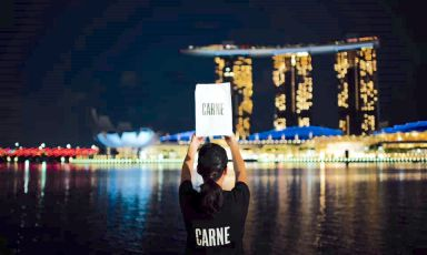 Mauro Colagreco's brand CARNE is arriving in Singapore (in the background, the three famous towers of Marina Bay). This is part of a strategy focusing on the Far East. The choice of Asia to expand this project is not a coincidence: superpopulation and the current models of production and consumption of food are a challenge for the revolutionary model of this fast-food chain, which respects and promotes the pillars of sustainable gastronomy.