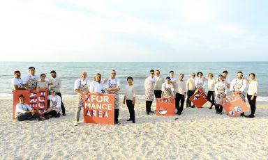 Il team della Madonnina del Pescatore posa nella spiaggia di Marzocca di Senigallia (Ancona)