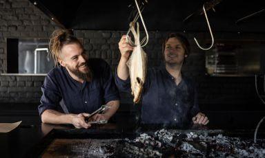 A sinistra, Florent Ladeyn, chef del ristorante/locandaLe Vert Monta Boeschepe, in Francia al confine con le Fiandre. Il ristorante ha perso oggi la stella Michelin, guadagnata nel 2014(fotoAnne Claire Héraud)