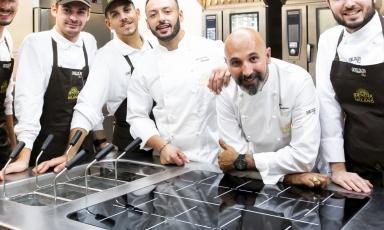 La brigata di cucina:da sinistra Edoardo Traverso e Antonio Vermiglio,Alessio Sebastiani, sous chef, Alessandro Rinaldi, resident chef, il coordinatore della cucina Andrea RibaldoneeGabriele Tangari, pastry chef