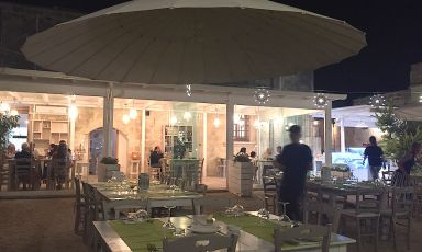 Il dehor dell'Origano, il ristorante delle Cantine Menhir a Minervino di Lecce