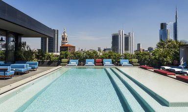 Una delle due piscine panoramiche di Ceresio 7, che per una giornata d'agosto a Milano potrebbe rivelarsi molto allettante. Il ristorante guidato da Elio Sironi è uno dei locali che vi accoglieranno anche nelle prossime settimane (sarà chiuso solo dal 14 al 17), così come gli altri undici che abbiamo selezionato
