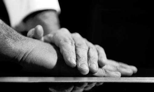 Le mani dello scatto di Francesca Brambilla e Serena Serrani sono quelle di Giancarlo Perbellini, chef di Casa Perbellini a Verona