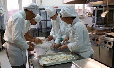 Studenti dell'Istituto alberghiero di Erice (Trapani) impegnati a cucinare. Inizio lezioni: settembre 2021