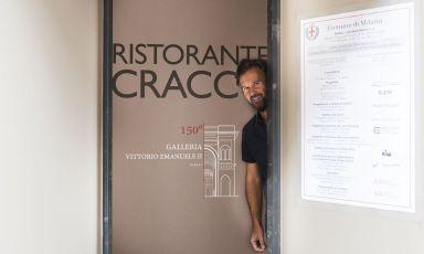 Carlo Cracco fa capolino dalla porta di ingresso del suo nuovo locale in Galleria Vittorio Emanuele a Milano. Apertura prevista a metà febbraio (foto Brambilla-Serrani)