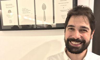 Cristian Torsiello sorridente dopo una cena da applausi nella nuova sede dell'Osteria Arbustico, da febbraio a Paestum in provincia di Salerno