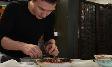 Deivydas Praspaliauskas, 26 anni, originario di Vilnius, dopo alcune esperienze all'estero è tornato nella sua città natale per proporre una cucina che si allontana dai classici, un po' pesanti e ripetitivi, della gastronomia locale