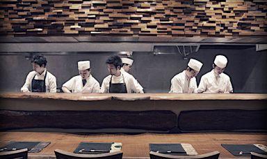 Il bancone del Den di Tokyo. L'indirizzo si caratterizza, oltre che per l'ottima cucina, per l'eccellenza dell'ospitalità