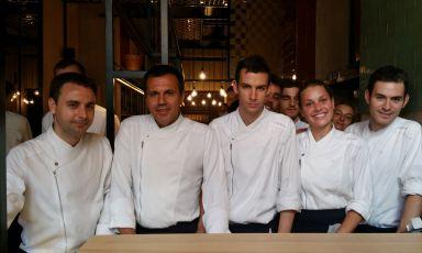 Eduard Xatruch, Oriol Castroinsieme a parte della brigata di Disfrutar. Sono due dei tre fondatori del ristorante di Barcellona (telefono +34.933.486896): il terzo,Mateu Casañas, non ha partecipato a questa intervista solo perché impegnato nel secondo locale aperto dai tre soci, il Compartir di Cadaqués