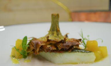 Rombo in oliocottura su crema di lampascioni e topinambur, chutney di cachi e carciofo alla giudia: il piatto del 2021 di Donato De Leonardis