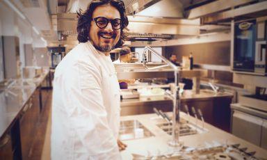 Alessandro Borghese ai fornelli del suo ristorante milanese Il Lusso della Semplicità