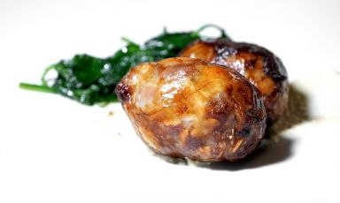 Crepinette d'agnello, salsa di mandorle e spinacino, piatto delizioso assaggiato al nuovo ristorante Benedikto del Nun Relais &Spa Museum di Assisi, chef Enea Barbanera, solido professionista