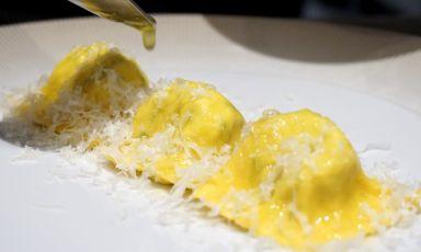 Dei tortelli per cui perdere la testa: nel menu di Ai Due Platani per Identità Golose Milano sono proposti in due versioni, questi sono di erbetta