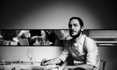 Marco Ambrosino, classe 1984 da Procida, dal 2014 chef del 28 Posti di Milano. Qui è ritratto da Marco Varoli