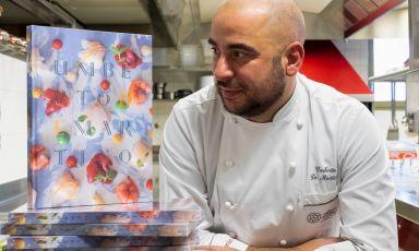 Lo chef Umberto De Martino della Florian Maison di San Paolo d'Argon (Bergamo) davanti ad alcune copie del suo primo libro