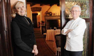 Renata ed Ezio Santin in una foto scattata nella sala della loro Antica Osteria del Ponte, il ristorante stellato alla Cassinetta di Lugagnano, tra Abbiategrasso e Milano