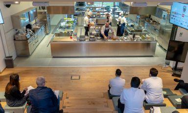 Lezioni nell'auditorium di IN Cibum, Scuola di Alta Formazione Gastronomica, il polo didattico all'avanguardia inaugurato nel 2019 a Pontecagnano, poco fuori Salerno