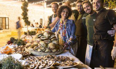 Sonia Gioia felicemente immortalata insieme alla squadra di Mezza Pagnotta, piccolo locale di Ruvo in cui ritrovare intatti i sapori di quelle terre (Copyright photo by Franz Gustincich/Rotarian Art&Gourmet)