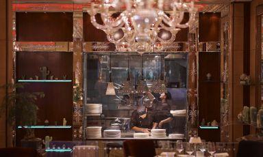 La cucina a vista dell'Acanto, ristorante all'interno del celebre hotel milanese Principe di Savoia. A comandarne i fuochi dal 2016 è il campano Alessandro Buffolino
