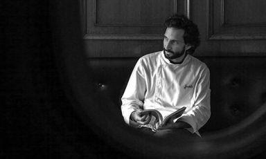 José Avillez, classe 1979, è certamente lo chef più famoso e titolato del Portogallo. A Lisbona sono diversi i locali che gestisce, partendo chiaramente dal suo Belcanto, con cui ha ottenuto la seconda stella Michelin