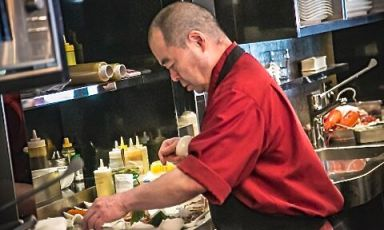 Chef Haruo ichikawa alle prese con ilwagyū della prefettura di Miyazaki, un'eccellenza finalmente disponibile in Italia (foto Manuela Vanni)
