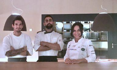 Marzia Buzzanca con, da sinistra, Alessandro Trevisiol e Mattia Puglia, i suoi due collaboratori tra pizza & cucina all'Hofstätter Garten a Termeno, provincia di Bolzano. È il ristorante di casaHofstätter, e riapre oggi