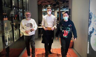 Francesco Vincenzi tra Massimo Bottura e Taka Kondo. Lo chef della Franceschetta 58 di Modena ha preparato una cena speciale a Identità Golose Milano, nei giorni scorsi