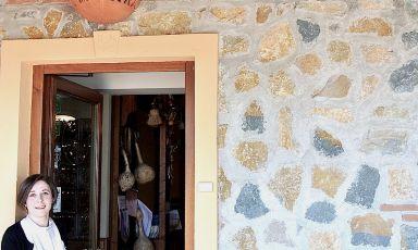 Isabella Preziuso sulla porta d'ingresso del suo locale a Summonte in provincia di Avellino, la Locanda la Molara. Oggi 34enne, l'aprì nove anni fa assieme con sua madre Maria. Oggi un nuovo traguardo: aprire un laboratorio dove produrre sfogliatine che stregano per la loro bontà tutti gli avventori.