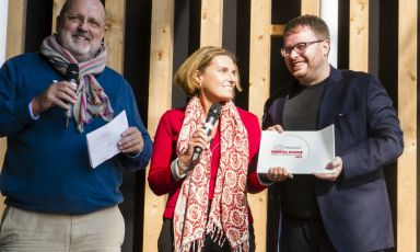 Il miglior chef straniero: Isaac McHale, The Clove Club, Londra, premiato da Sara Peirone, manager top gastronomy Lavazza. A sinistra Paolo Marchi, ideatore di Identità Golose