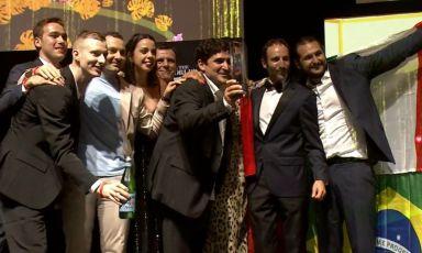 Mauro Colagreco, al centro, è lo chef di Mirazur, a Mentone, Francia, il ristorante numero uno al mondo per la World's 50Best 2019. C'è molta Italia nella vittoria: Antonio Buono (co-chef di Mirazur, napoletano, terzo da sinistra)e Davide Garavaglia (sous chef, milanese, secondo da sinistra)