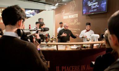 Claudio Sadler tiene banco allo stand di Birra Moretti. Il cuoco trentino di adozione milanese è tra i precursori della birra in cucina, un pensiero ampiamente esplorato dall'azienda pluricentenaria, negli spazi di Identità Milano e accanto alla cucina del Milano Food & Wine Festival (foto di Sonia Santagostino)