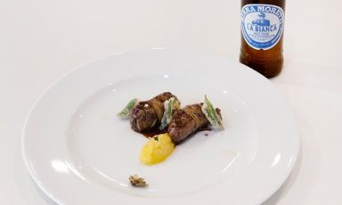 Turcinieddhi glassati alla birra con marmellata di cipolla all'arancia, critmi in tempura e infuso di luppolo (in abbinamento Birra Moretti La Bianca). Con questo piatto la puglieseSolaika Marroccoha vinto il Premio Birra Moretti Gran Cru 2017