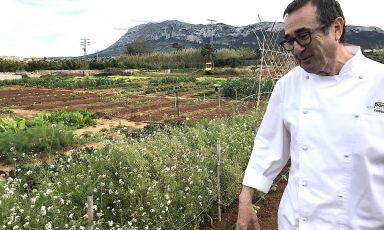 Pep Romany, chef e patron del Pont Sec a Denia in Spagna, davanti all'orto che ha innaugurato due anni fa