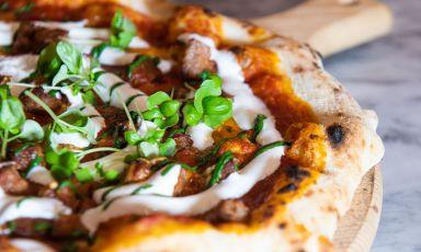 Una delle pizze ideate daVincenzo Guarinoalla serata con Carmine Di Donna al Magma: con ragù napoletano di pomodoro San Marzano e carne stracotta, latte cotto di bufala affumicato e polvere di basilico