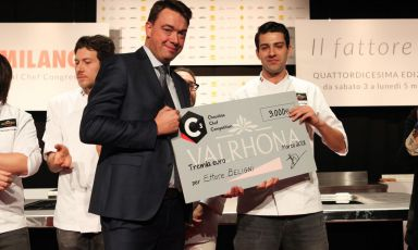 Ettore Beligni, pastry chef at Ristorante Arnolfoin Colle Val d'Elsa, receives the award in the Auditorium from Pierre Cantrelof Valrhona(Foto Brambilla-Serrani)