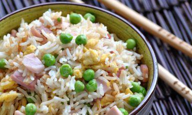 Il Riso alla Cantonese non ha nulla a che vedere con Canton e Guangdong; è piuttostouna variante italica del riso di Yangzhou, a nord di Shanghai (fotostagioninelpiatto.com)