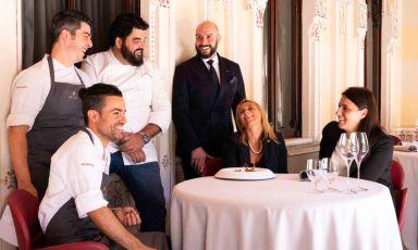 Massimo Raugi, in giacca scura, con Antonino Cannavacciuolo. Si preparano alla ripresa dei lavori, al Villa Crespi