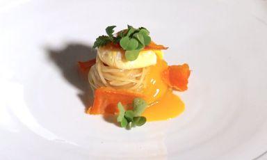 Capellini cotti in brodo d'arancia, tuorlo d'uovo e melissa
