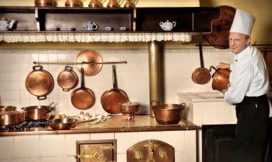 Lo chef Tonino Venica nelle cucine della Tavernetta al Castello di Capriva del Friuli, in una casa colonica attigua al Castello di Spessa. Una bella sosta golosa