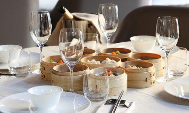 Usiamo una tavola piena degli squisiti ravioli da cui prende nome il Dim Sum di via Nino Bixio come copertina della nostra selezione del meglio della ristorazione cinese a Milano, che ultimamente sta dimostrando di sapersi rinnovare in modo molto interessante