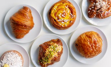 Alcune delle proposte di Ziva a Milano, pasticceria contemporanea aperta nel 2019 da Marcello Salvatori e dalla sua compagnaZiva Parvis Bianchi