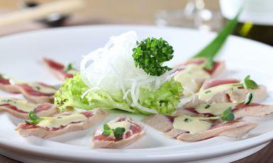 """Lo Zuke Maguro (tonno scottato marinato nella soia in salsa wasabi)di Haruo Ichikawadetto """"Ichi"""", chef dell'Iyo di Milano, una delle quattro ricette che andranno a comporre il menu a 4 mani (le altre due sono quelle illustri di Moreno Cedroni) di Identità Expo, domenica 7 giugno a pranzo(90 euro, vini compresi. Prenotazioni expo@magentabureau.it oppure telefono +39.02.62012701)"""
