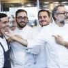 Massimo Bottura scherza coi ragazzi del suo team