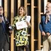 Il miglior food writer: Lisa Casali, Eco Cucina su D di Repubblica, premiata da Alberto Ugolini, brand ambassador Gruppo Santa Margherita