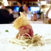 Dadolata di cervo e salmerino, insalata di topinambur, nuvola di polenta dorata: squisito