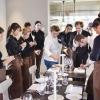 Viviana Varesespiega i piatti ai camerieri