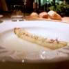 Asparago bianco, acqua di mandorle e fiori di rosmarino: l'asparago viene messo nella stagnola e cotto al forno con poco burro, in modo da farlo restare umido ma donargli una nota grigliata. Poi c'è anche un po' di sambuco