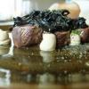 Sella di capriolo alla resina di ginepro, funghi trombette, sedano rapa e geranio. Perfezione e purezza
