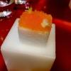 Porex de Calix.Marshmallow di dashiripieno di crema acida e sormontato dacavialedi Kalix, uova rosse svedesidi coregone, dalle notedolci ed eleganti