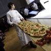 La pizza a metro di Luigi Dell'Amura che, insieme alla pizza napoletana di Gino Sorbillo e alla pizza margherita di Simone Padoan, ha animato il palco di Identità Golose 2011